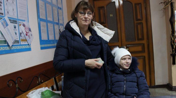 В Темиртау мать вынуждена носить 14-летнюю дочь с ДЦП на руках.