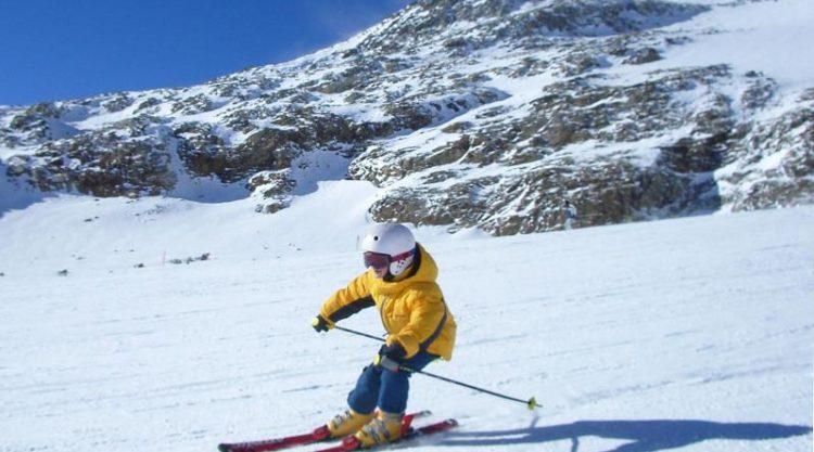 Детей  в Алматы бесплатно обучат катанию на горных лыжах