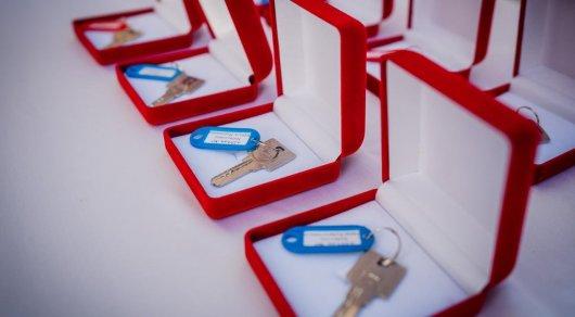 Ключи от арендного жилья вручили жителям столицы