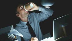 Названы основные угрозы здоровью трудоголиков