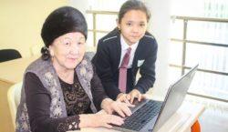 Атырауские школьники обучают пожилых пользоваться Интернетом