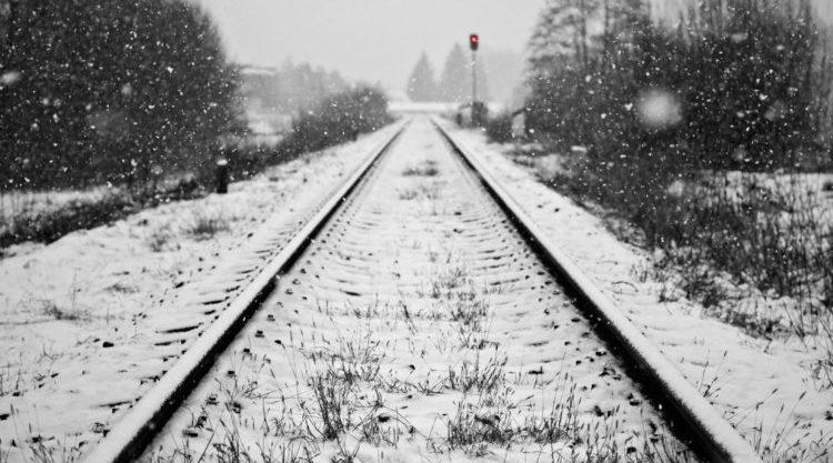 Карагандинка самостоятельно доползла до дома, потеряв обе ноги под поездом