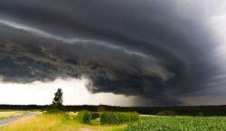 Гроза, шквал, град, заморозки: штормовое предупреждение объявлено в 10 областях…