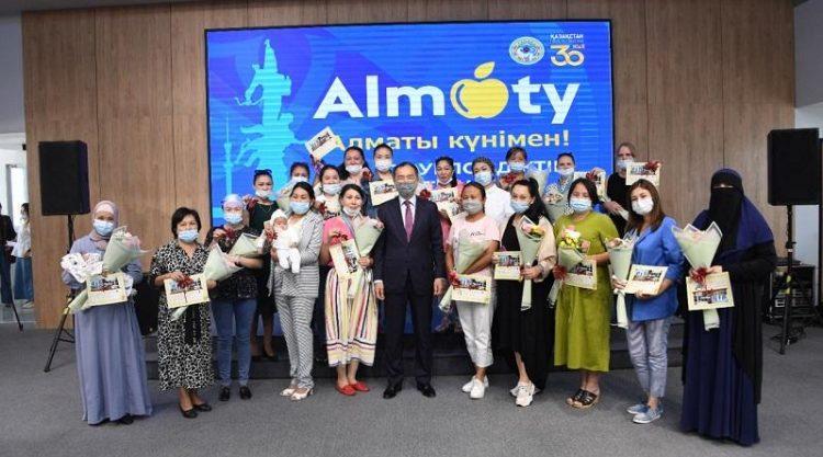 В Алматы в День города 227 многодетных семей получили ключи от квартир